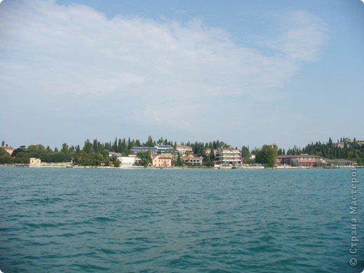Италия / г.Сирмионе / сентябрь 2009г ********************************************* Сирмионе - небольшой старинный городок, расположен на живописном полуострове самого большого озера Италии - Гарда (на южной оконечности озера), в часе езды от Милана. Население городка составляет 5 800 человек.  фото 5