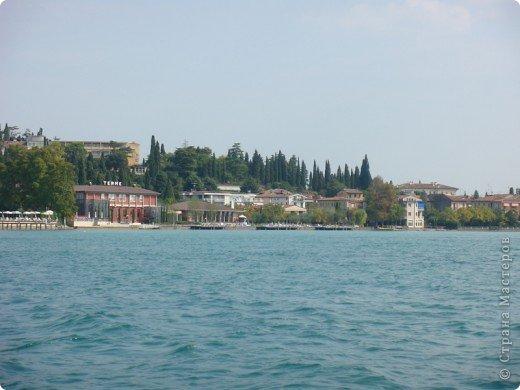 Италия / г.Сирмионе / сентябрь 2009г ********************************************* Сирмионе - небольшой старинный городок, расположен на живописном полуострове самого большого озера Италии - Гарда (на южной оконечности озера), в часе езды от Милана. Население городка составляет 5 800 человек.  фото 8