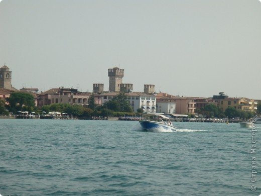Италия / г.Сирмионе / сентябрь 2009г ********************************************* Сирмионе - небольшой старинный городок, расположен на живописном полуострове самого большого озера Италии - Гарда (на южной оконечности озера), в часе езды от Милана. Население городка составляет 5 800 человек.  фото 6