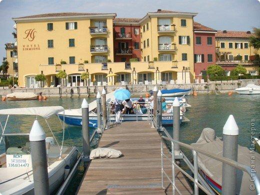 Италия / г.Сирмионе / сентябрь 2009г ********************************************* Сирмионе - небольшой старинный городок, расположен на живописном полуострове самого большого озера Италии - Гарда (на южной оконечности озера), в часе езды от Милана. Население городка составляет 5 800 человек.  фото 25