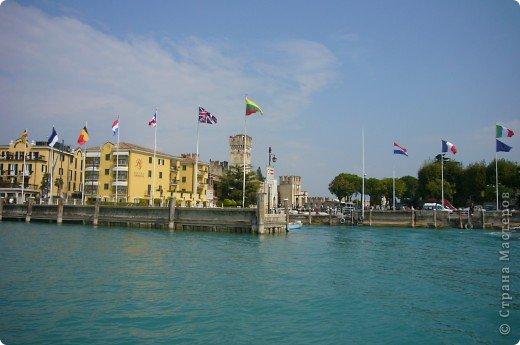 Италия / г.Сирмионе / сентябрь 2009г ********************************************* Сирмионе - небольшой старинный городок, расположен на живописном полуострове самого большого озера Италии - Гарда (на южной оконечности озера), в часе езды от Милана. Население городка составляет 5 800 человек.  фото 21