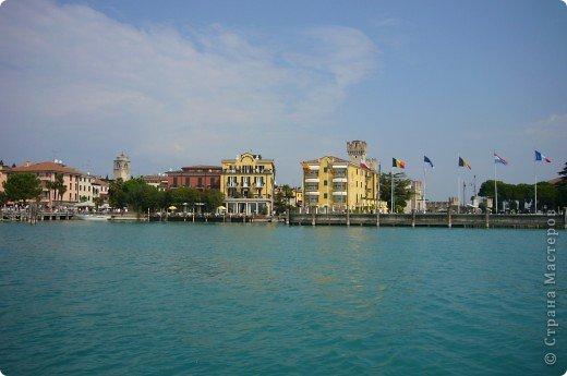 Италия / г.Сирмионе / сентябрь 2009г ********************************************* Сирмионе - небольшой старинный городок, расположен на живописном полуострове самого большого озера Италии - Гарда (на южной оконечности озера), в часе езды от Милана. Население городка составляет 5 800 человек.  фото 7
