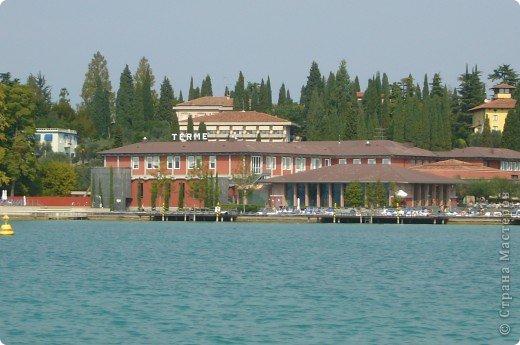 Италия / г.Сирмионе / сентябрь 2009г ********************************************* Сирмионе - небольшой старинный городок, расположен на живописном полуострове самого большого озера Италии - Гарда (на южной оконечности озера), в часе езды от Милана. Население городка составляет 5 800 человек.  фото 51