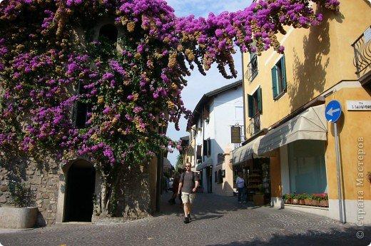 Италия / г.Сирмионе / сентябрь 2009г ********************************************* Сирмионе - небольшой старинный городок, расположен на живописном полуострове самого большого озера Италии - Гарда (на южной оконечности озера), в часе езды от Милана. Население городка составляет 5 800 человек.  фото 43