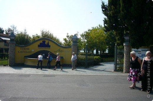 Италия / г.Сирмионе / сентябрь 2009г ********************************************* Сирмионе - небольшой старинный городок, расположен на живописном полуострове самого большого озера Италии - Гарда (на южной оконечности озера), в часе езды от Милана. Население городка составляет 5 800 человек.  фото 50