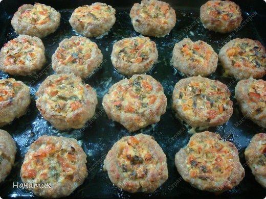 Добрый день! Делюсь рецептом очень вкусных и нежных гнездышек из фарша. Рецепт найден в и-нете. Я его немного изменила, результат очень нам всем понравился.  Нам нужно на гнезда: -фарш свиной 800г -2 средних луковицы -200г сыра  -панировочные сухари 150г -3 яйца -соль по вкусу и приправы для мяса Для начинки: -3 средних помидора -зелень петрушки -1 ст.л. сметаны -100г сыра -соль по вкусу -растит.масло для смазывания формы фото 1