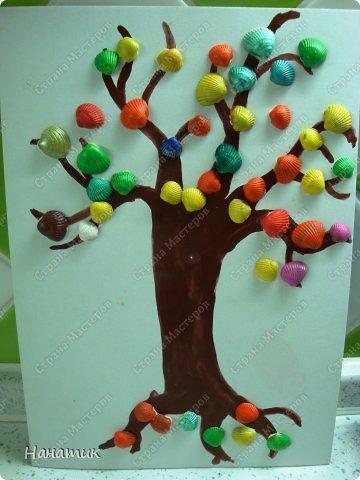 """Добрый день! Как говорится """"фантазии нет предела"""". Поэтому решили с дочуркой вместо листиков прикрепить ракушки. Я нарисовала ствол. Затем вместе с Алиночкой раскрасили ракушки гуашью. Ракушки держатся на нашем дереве при помощи пластилина. Вот такое яркое осеннее деревце у нас получилось)))."""