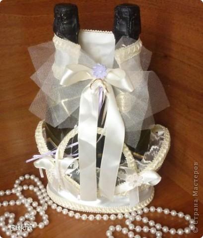 Доброе время суток, дорогие мои! Спешу вам показать свои свадебные сотворялки! В смысле, что сотворила-понаделала! В конце января прошла свадьба дочери! Я во время подготовки к свадьбе была не очень в форме, но пыталась каждый редкий и недолгий подходящий момент использовать для рукотворчества. Что получилось, выставляю на ваш суд! ---------------------------------------------- Сначала я думала, что ничего сделать не смогу и поэтому купила в Инете некоторые готовые украшательства. Но когда их получила. что-то мне не понравилось в них:))). Да и времени становилось всё больше вот и начала переделку и доделку готовых изделий. Вот весь (почти набор). фото 2