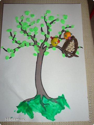 Всем добрый день! Мы с дочуркой (ей 3,2) готовимся к приходы весны! Зимы как таковой у нас и не было. Очень ждали снега, но видимо уже и не дождемся. У нас он выпал всего 1 раз за всю зиму..Эх...<br /> Вот такое весеннее деревце у нас получилось. Распечатала готовое дерево. Картинка из и-нета. На дереве появились зелененькие почки, так дочурка сказала. Потом будут листочки). Сделали гнездышко вместе, Малышка налепила яичек. Оранжевая птичка (мамина))), а желтая-дочина. Алина сказала, что это папа). фото 2