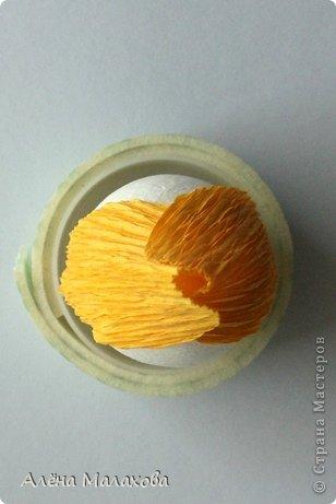 Мастер-класс Поделка изделие Моделирование конструирование Роза из гофрированной бумаги Бумага гофрированная Клей фото 9