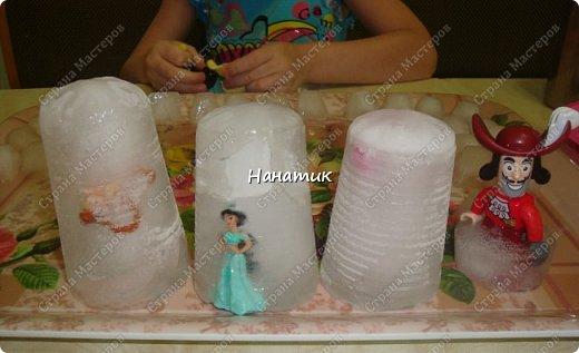 пластиковые стаканчики одноразовые, положила с вечера туда фигурки из киндеров и лего, которые нужны для сказки, залила водой и поставила в морозилку на ночь. Также нам понадобились бусы, пайетки, соль и гуашь.<br /> А теперь начинаем))) фото 1