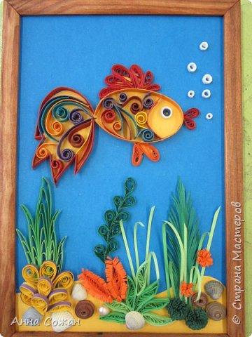 """Добрый день друзья! Предлагаю Вашему вниманию картины на морскую тему, давно зрела идея, а тут насмотрелась на прекрасные работы Олечки Ольшак http://stranamasterov.ru/user/12816, Орлинской Надежды http://stranamasterov.ru/user/267499 тоже решила попробовать. В результате появились две картины """" Золотая рыбка"""" и """"Морское дно"""". Эти картины  пошли потом в основу  нашей зачётной работы в студии """"Бумажные фантазии"""". Ребята на протяжении всего года набирались опыта и морские картины, в которые они вложили все свои знания, терпение и умение, подтвердили, что очередная планка по высоте в мастерстве взята! А теперь всё по порядку. Картина 18Х20 см. Здесь я сочетала контурный квиллинг (рыбка) и элементы квиллинга. Для декора использовала настоящие ракушки и искусственный жемчуг.  фото 1"""