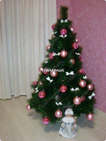 Доброй ночи! Наша елочка украшает зал!<br /> На этот Новый Год у нас бело-розовая гамма.<br /> Шары покупные, а вот бантики из бумаги. Распечатала, вырезала и склеила. фото 1