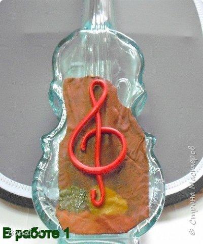 """Вот такая бутылочка со скромным названием """"Скрипка"""" у меня сотворилась. Подарила мне подруга на День рождения бутылку с... гранатовым соком))) в роскошной подарочной упаковке. И когда я увидела форму бутылки... готовая скрипка!!! Так что мне пришлось только ее задекорировать, в отличие от мастеров, которые делают картины со скрипками,  и должны все начинать с нуля!  Но зато мне пришлось декорировать мою скрипку со всех сторон! Конечно, пришлось учитывать, что это бутылка, и некоторые детали настоящей скрипки (колки и т.д.) я решила не делать. Лицевую сторону """"Скрипки"""" я делала почти по МК нашей Валечки (ДаВалентины), за что ей очень благодарна. Позже обязательно поставлю ссылку на ее МК. фото 8"""